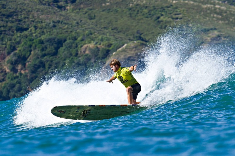 The Ultimate Waterman : Zane Schweitzer vainqueur en longboard