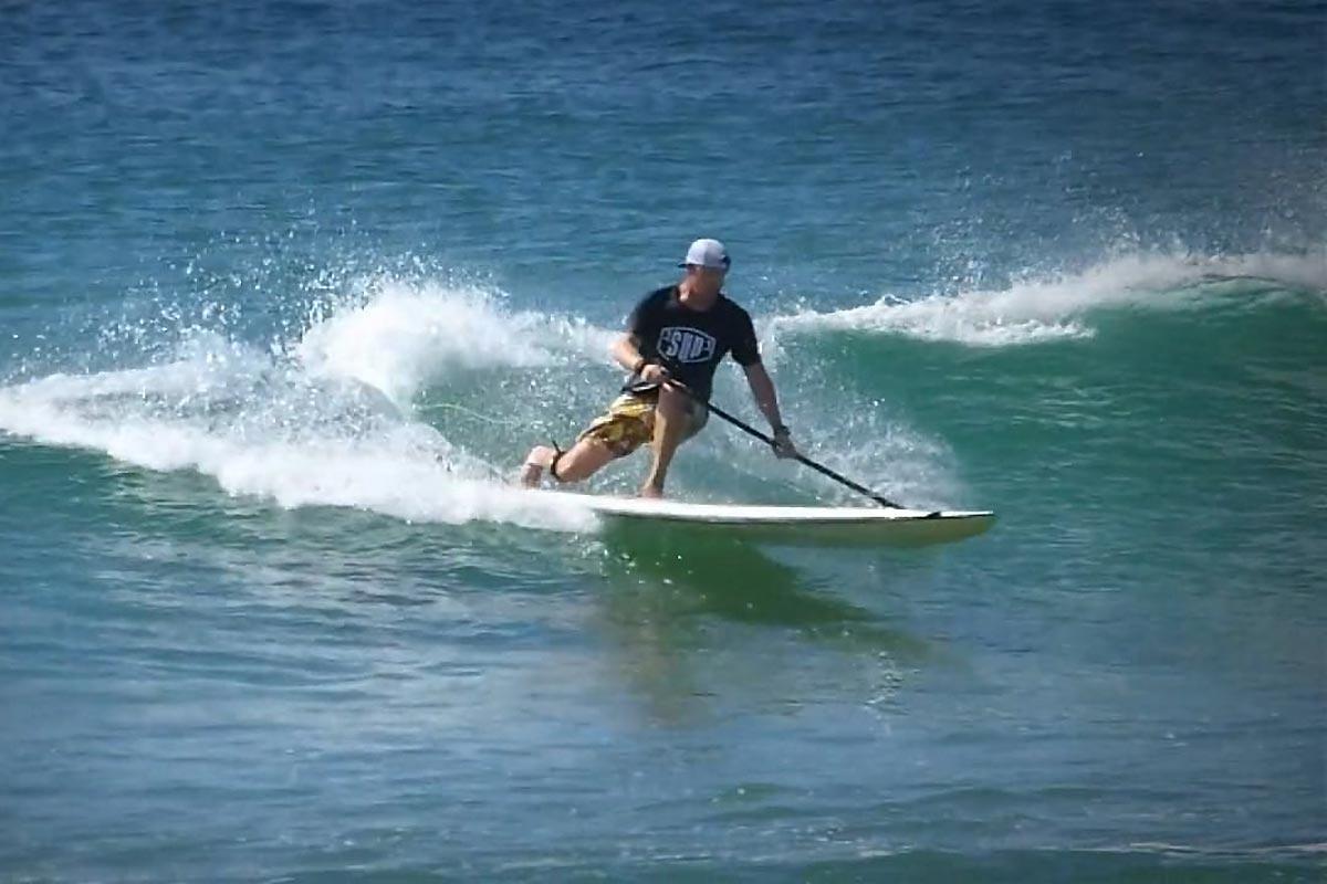 Andrew Cassidy en SUP longboard et en style