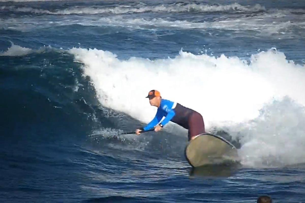 Andrew Cassidy en mode SUP longboard