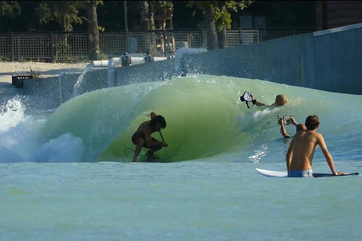 Anthony Maltese dans une piscine à vagues au Texas