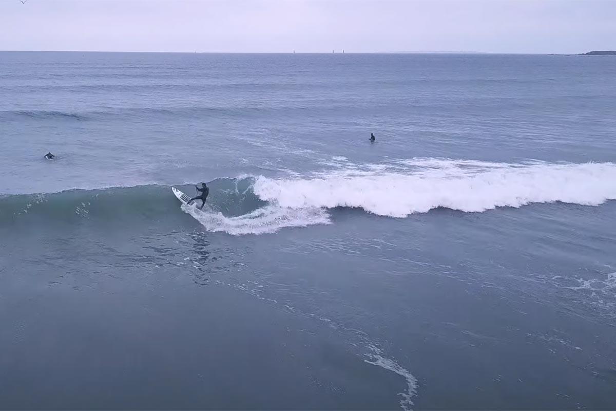 Arthur Arutkin en SUP surfing en baie de Quiberon