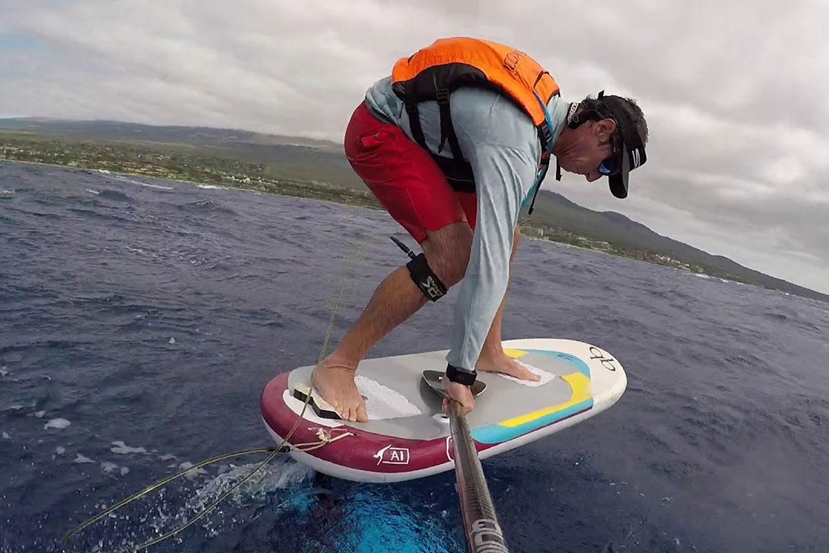 Jeremy Riggs en foil downwind à Maui