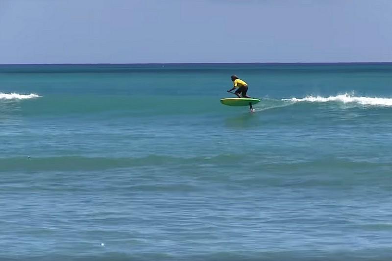 Une épreuve de SUP foil à Waikiki