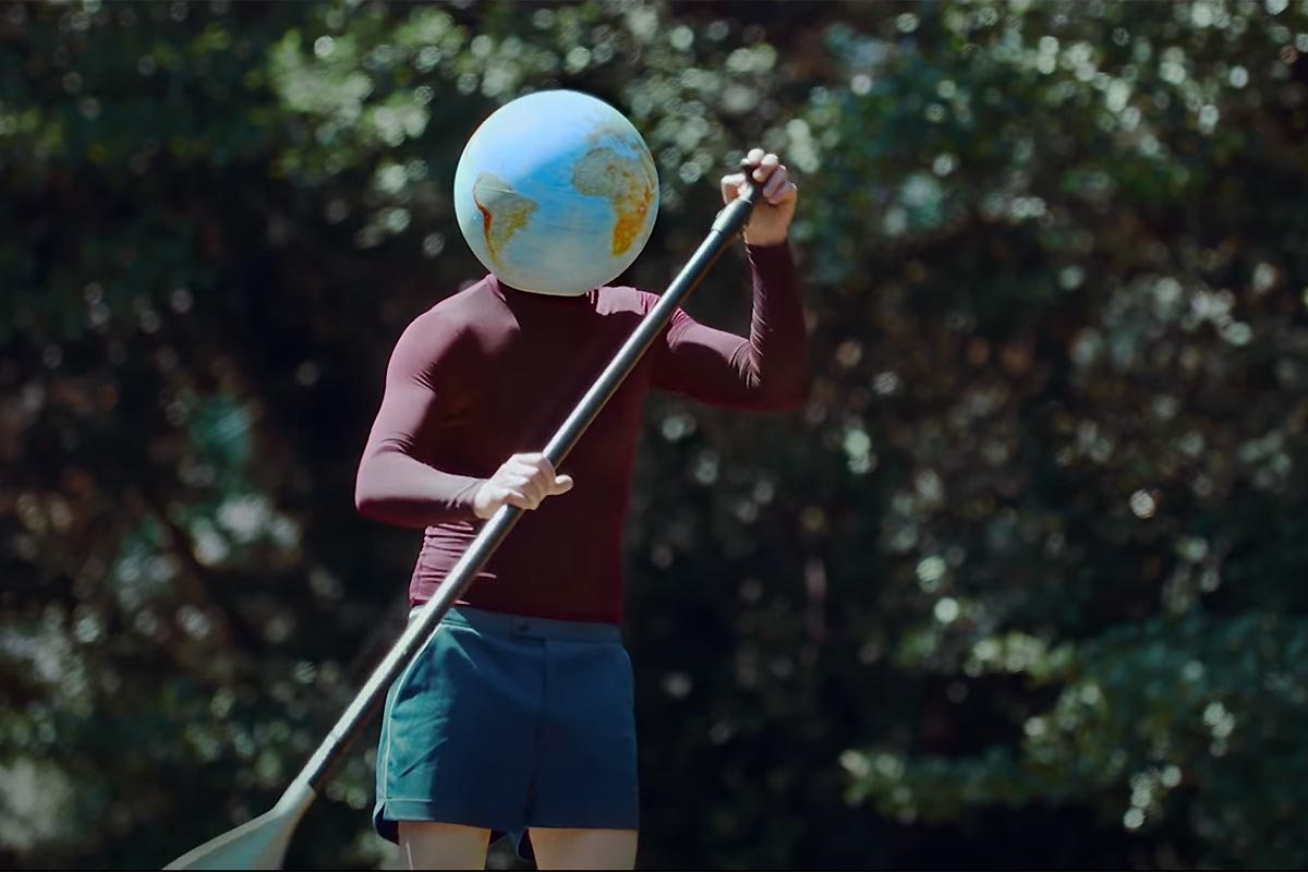 Du stand up paddle dans le dernier single de Julien Doré