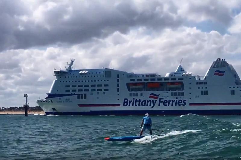 La vague d'un ferry en SUP !