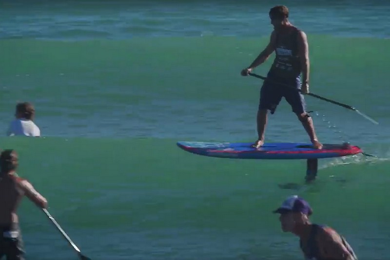 Zane Schweitzer en SUP foil à Dana Point