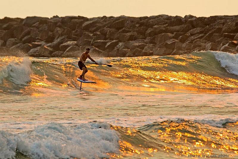 Zane Schweitzer en SUP foil à Seal Beach