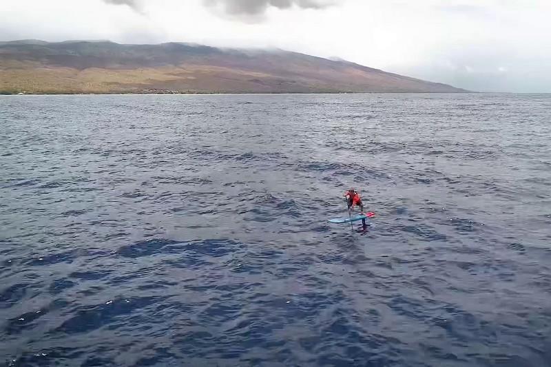 Zane Schweitzer en SUP foil sur le Pailolo Channel